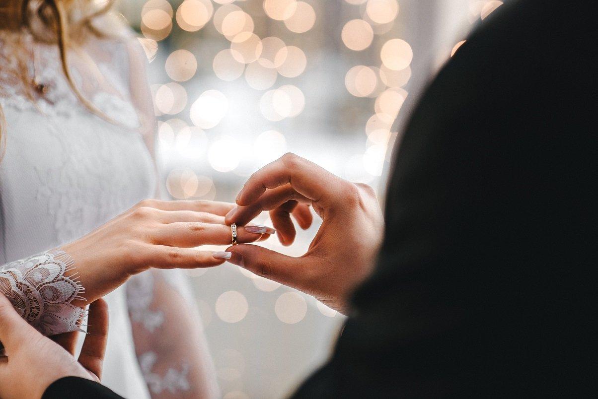 na której ręce nosi się obrączkę ślubną