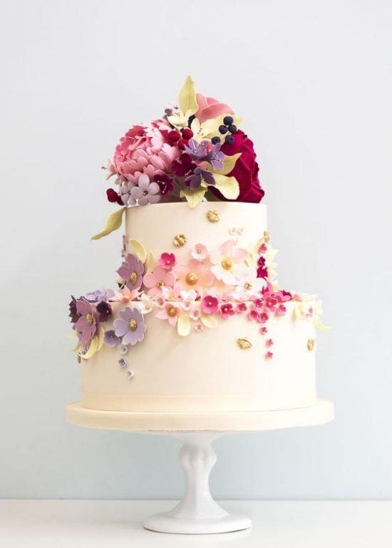 Mały tort weselny z kwiatami