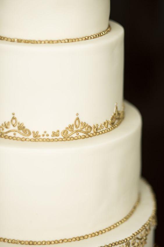 Dekorowane torty weselne ze złotem