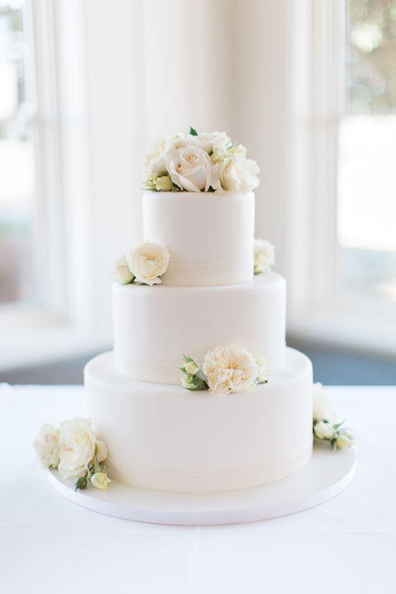 Tort weselny z białymi różami