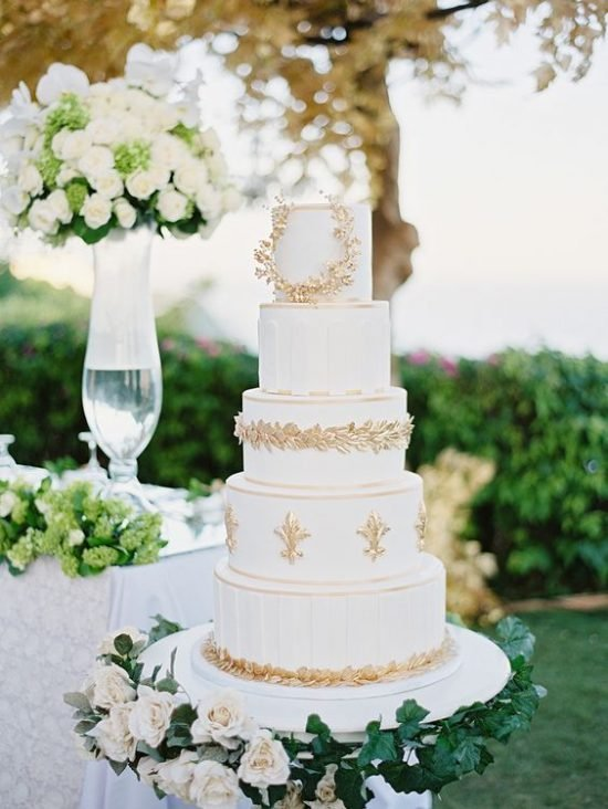 Tort weselny ze złotymi elementami