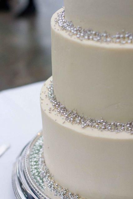 Tort weselny ze srebrnymi perełkami