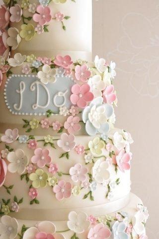 Tort weselny z kwiatuszkami
