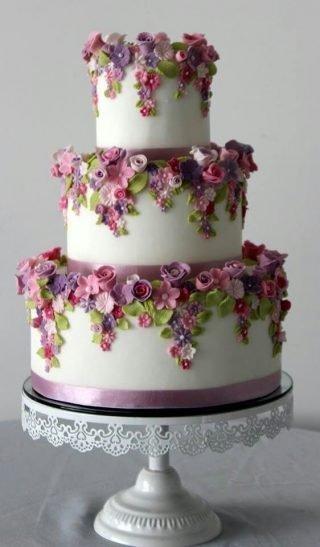 Tort weselny z kolorowymi kwiatkami