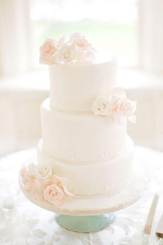 Biały tort weselny z różami