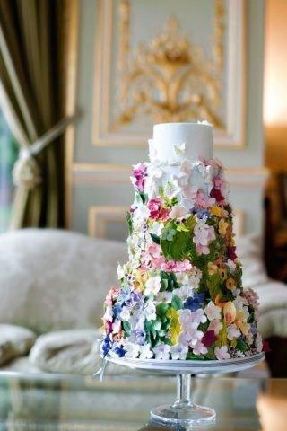 Torty weselne z kolorowymi kwiatami