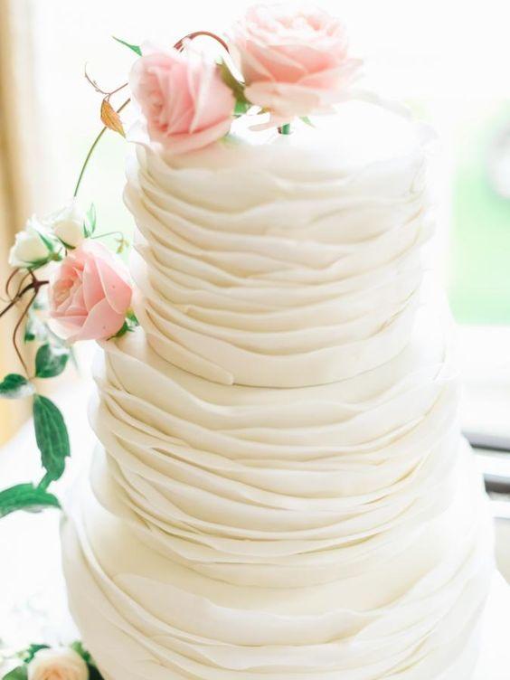 Biały tort weselny z falbankami