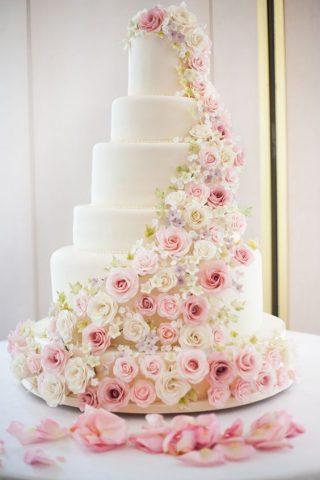 Tort weselny z cukrowymi kwiatami