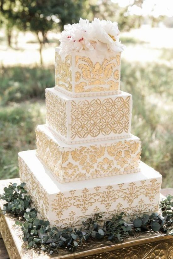 Biało-złoty tort weselny