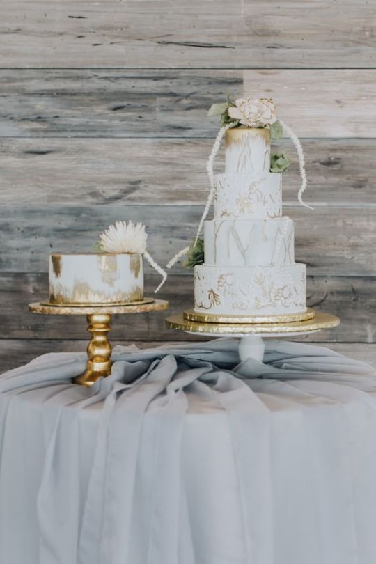 Marmurkowe torty weselne ze złotem