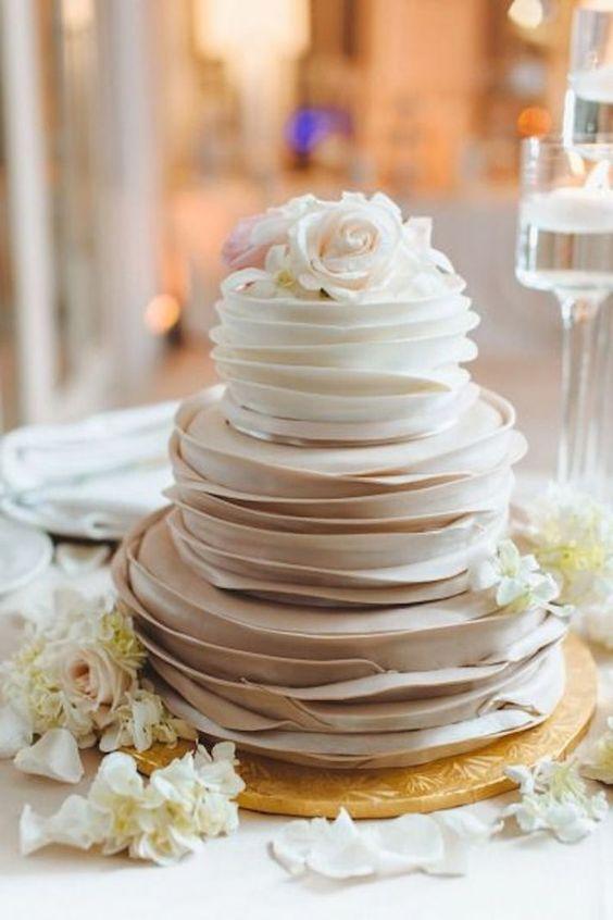 Tort weselny z falbanami z kremu
