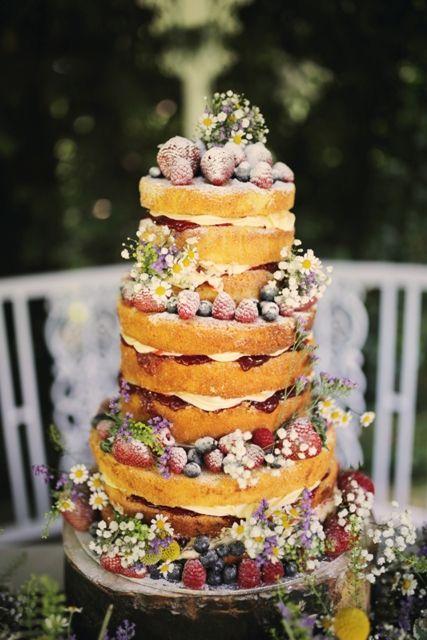 Nagi tort weselny z owocami i kwiatami