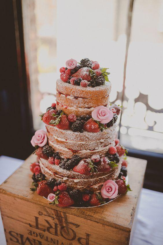 tort weselny naked cake z owocami