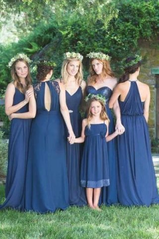 sukienki na wesele w kolorze classic blue
