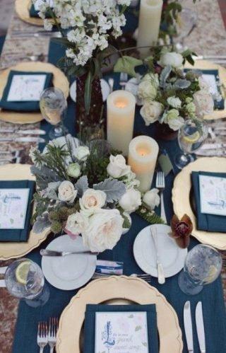 dekoracje ślubne w kolorze Classic Blue