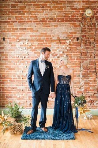 Suknia ślubna w kolorze Classic Blue