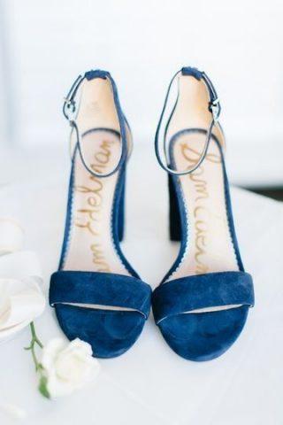 Niebieskie dodatki ślubne dla panny młodej