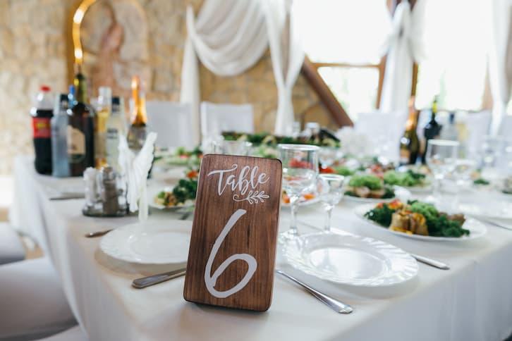 wesele w stylu rustykalnym numer stół