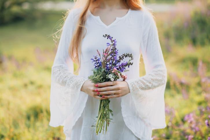 panna młoda bukiet ślubny długie rękawy