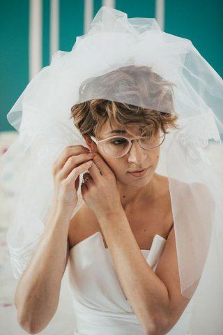 Panna Młoda w okularach - krótka fryzura