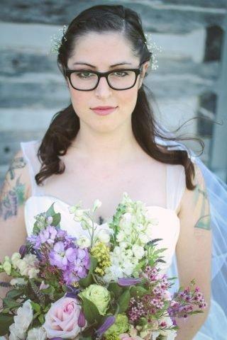 Panna Młoda w okularach - włosy spięte do tyłu