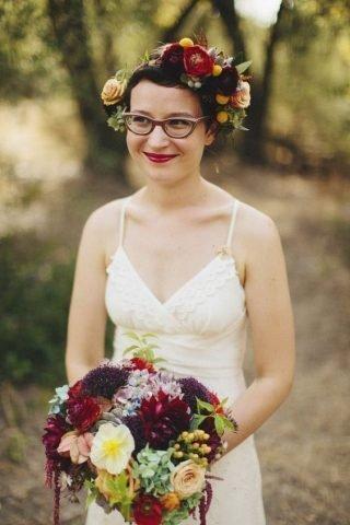Panna Młoda w okularach - czerwony makijaż ust
