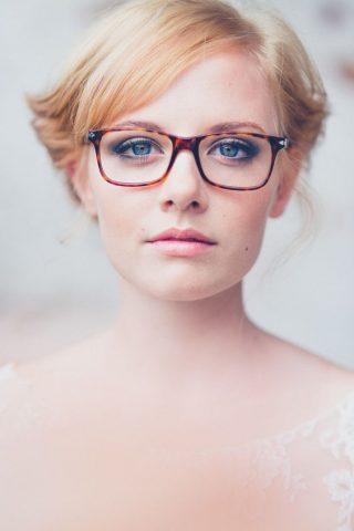 Panna Młoda w okularach - naturalna stylizacja
