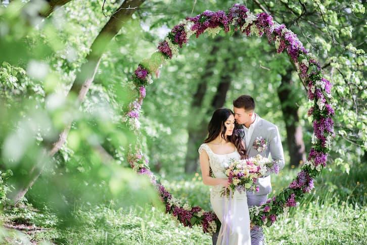 para młoda w lesie koło kwiatowe