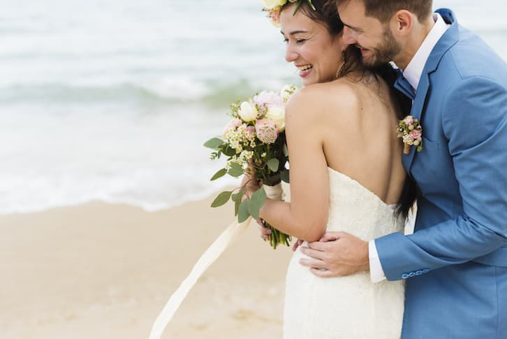 młoda para ślub na plaży