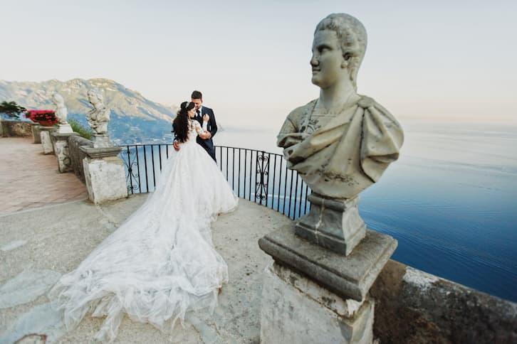 młoda para na tarasie ślub za granicą
