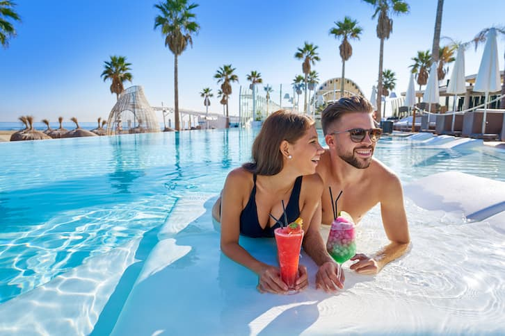 podróż poślubna basen hotel