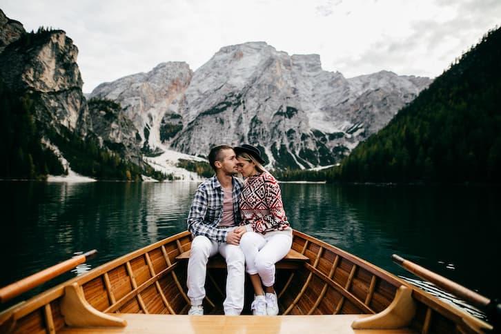 młoda para łódź jezioro skandynawia