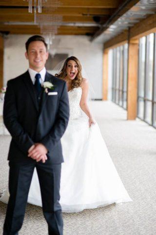 Przesądy ślubne – czemu Pan Młody nie powinien widzieć sukni?