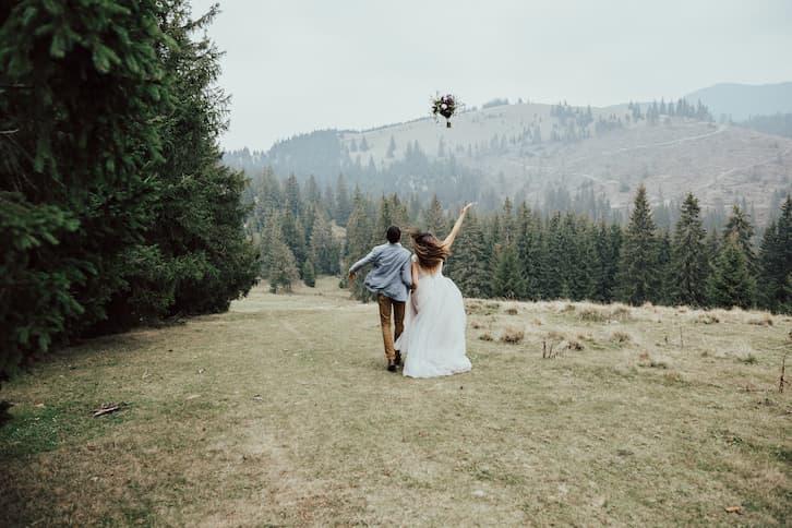młoda para bukiet ślubny góry