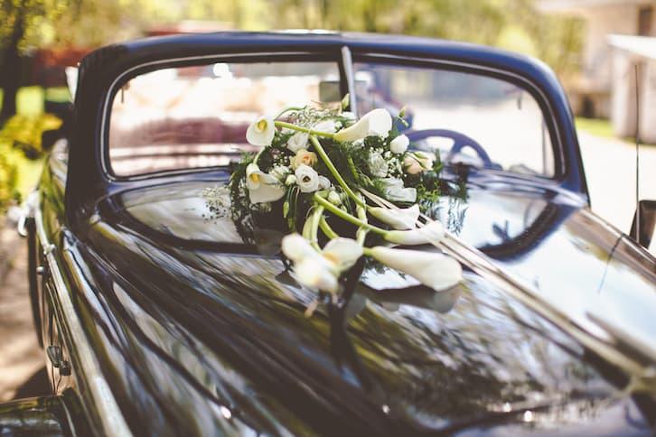 auto do ślubu dekoracje samochodu do ślubu