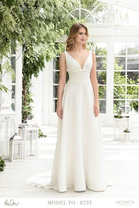Skromna suknia ślubna z dekoltem V Agnes Fashion Group