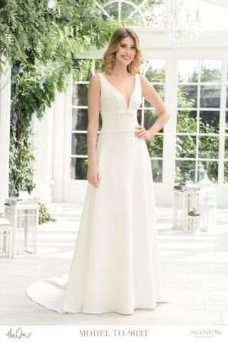 Skromna suknia ślubna z gładkiego materiału Agnes Fashion Group
