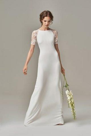Skromna suknia ślubna z koronkowymi rękawkami Anna Kara