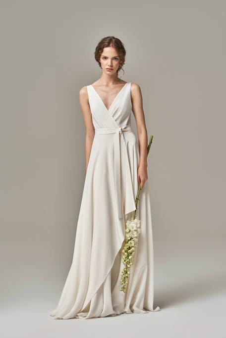 Skromna suknia ślubna asymetrycznaSkromna suknia ślubna