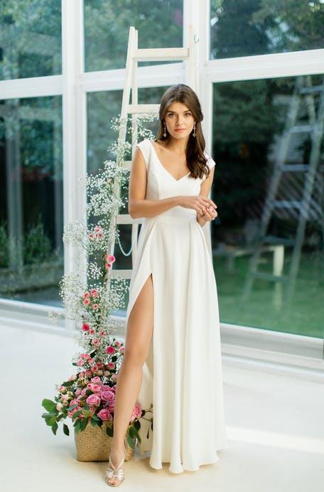 Skromna suknia ślubna z rozcięciem Catarina Kordas