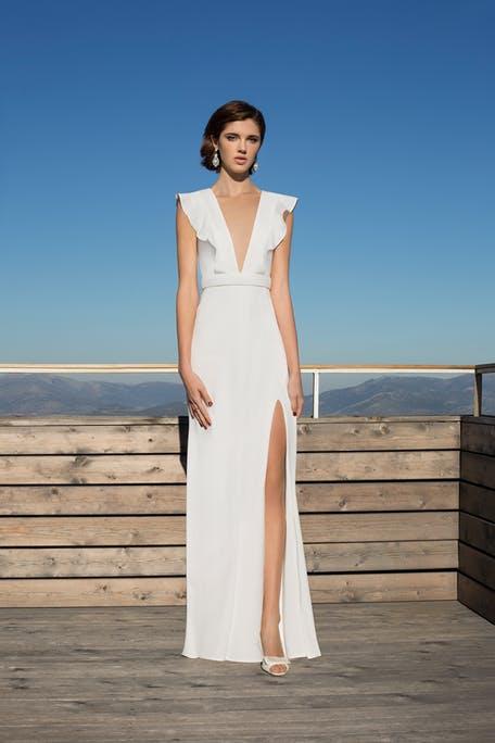 Suknia ślubna z głębokim dekoltem Demetrios