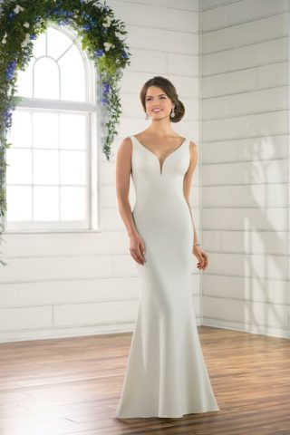 Skromna suknia ślubna z dekoltem w łezkę Essence of Australia