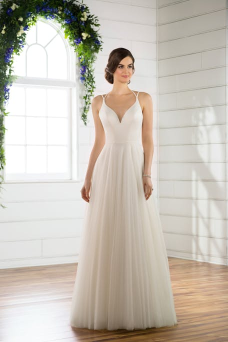 Skromna suknia ślubna na ramiączkach Essence of Australia