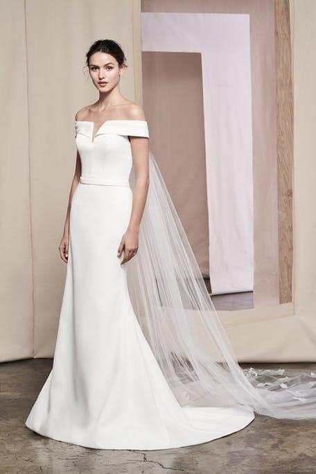 Skromna suknia ślubna z opuszczonymi ramionami Justin Alexander