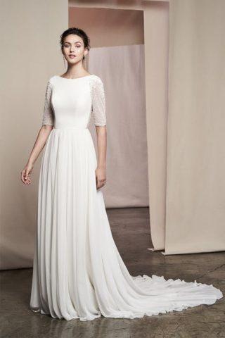 Skromna suknia ślubna ze średniej długości rękawami Justin Alexander