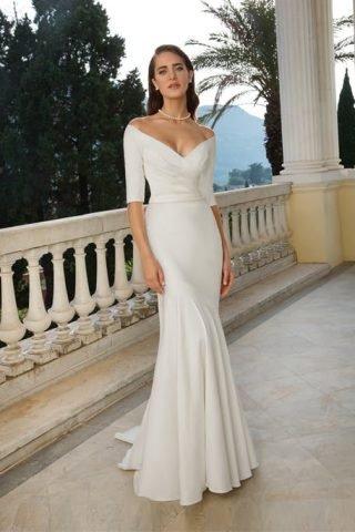 Skromna suknia ślubna z głębokim dekoltem Justin Alexander