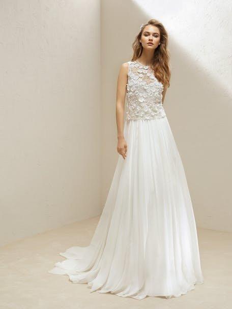 Skromna suknia ślubna z kwiatami Pronovias