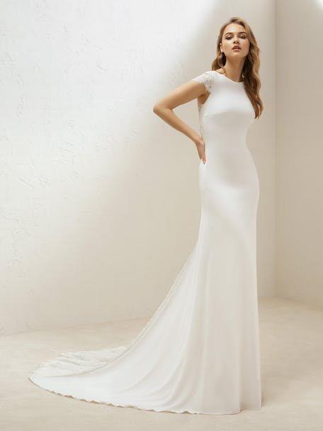 Suknia ślubna podkreślająca sylwetkę Pronovias