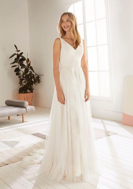 Skromna suknia ślubna z dekoltem w serek White One