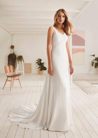Skromna suknia ślubna z lejącego się materiału White One